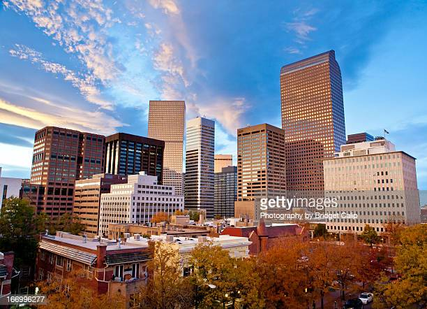 autumn sunset over the downtown denver skyline - denver photos et images de collection