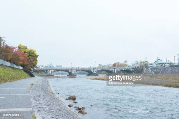 autumn view of kamo river, kyoto city - riverbank - fotografias e filmes do acervo