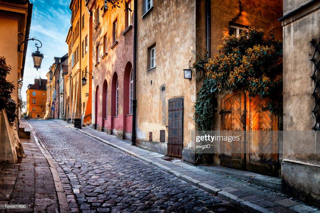 ポーランド、ワルシャワの旧市街の朝バーチ通りの秋のビュー : ストックフォト