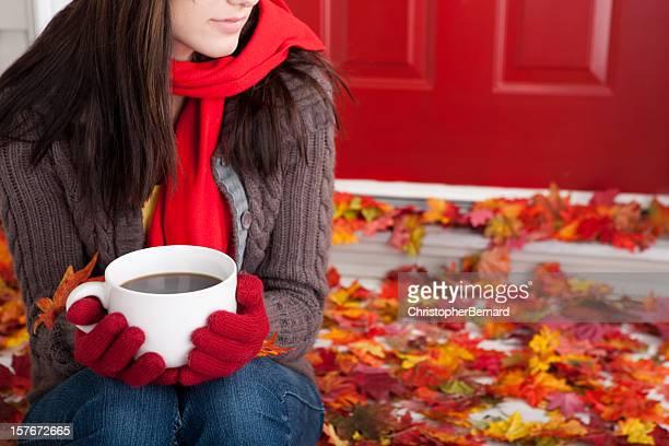 Outono: Jovem fêmea segurar Café Caneca