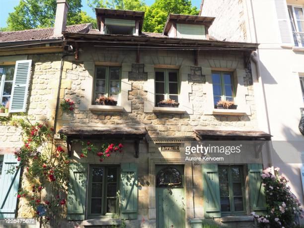 auvers-sur-oise, france. where vincent van gogh used to live. - vincent van gogh pintor imagens e fotografias de stock