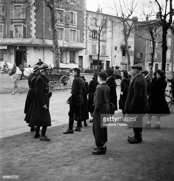 Aux abords du Palais de Justice les gardes font évacuer la foule pour laisser le libre passage aux magistrats à Riom France en 1942