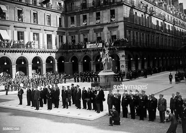 Aux fêtes Jeanne d'Arc le général de Gaulle salue au garde à vous place des Pyramides à Paris France en mai 1945