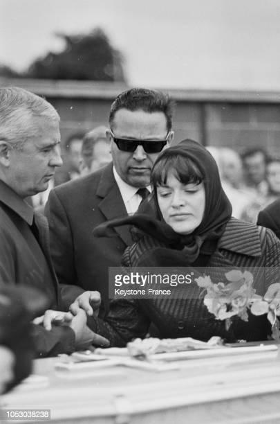 Aux obsèques AnneMarie Peysson épouse de Jean Falloux le visage marqué par la tristesse au Vésinet France le 5 septembre 1967