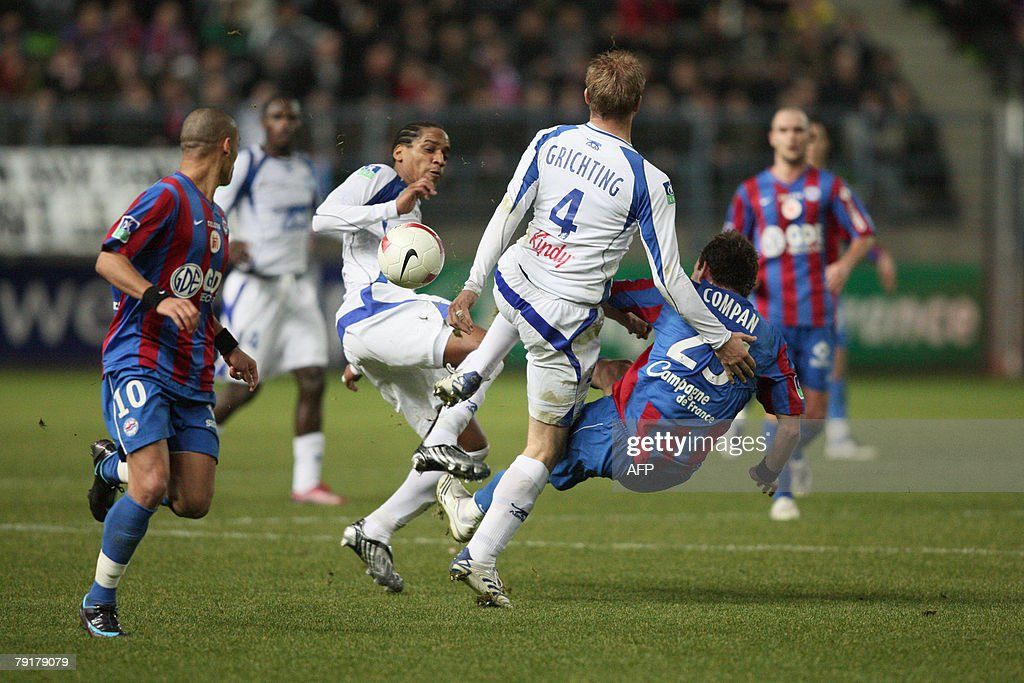 Auxerre's Frederic Thomas (2ndL) and Stephane Grichting (C) vies with Caen's Stephan Compan (R) and Yoan Gouffran (L) during their French L1 football match Caen vs. Auxerre, 23 January 2008 at the Michel d'Ornano stadiumin in Caen, western France.