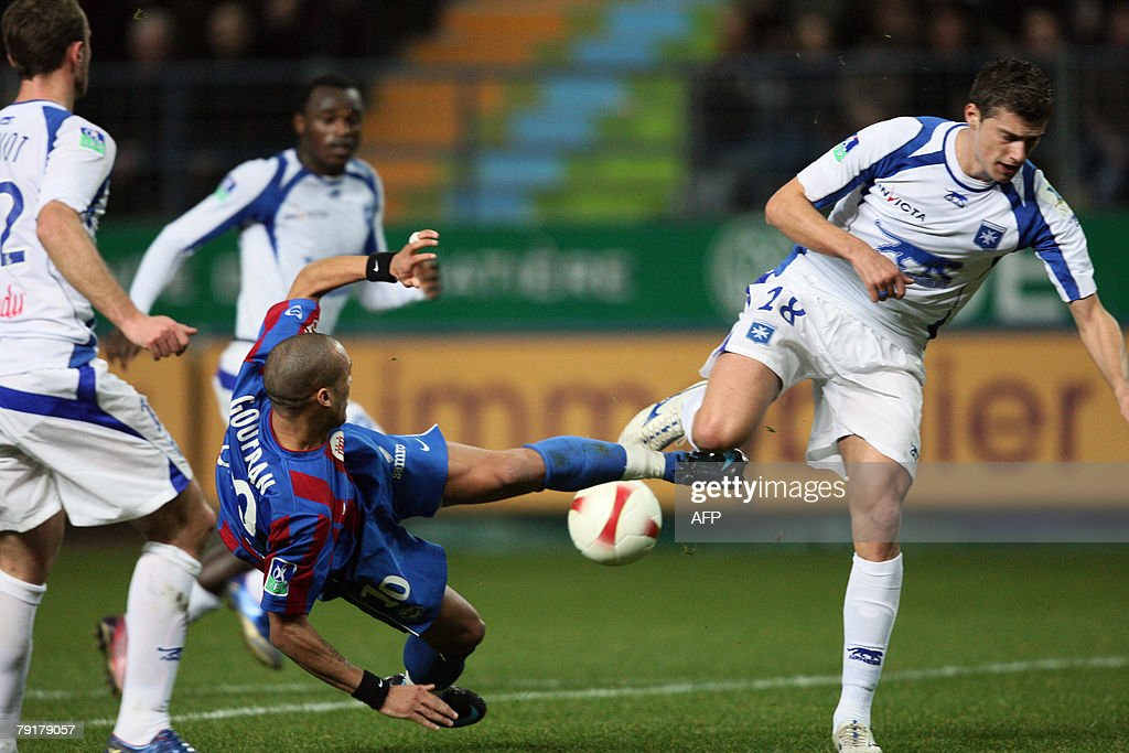 Auxerre's Sebastian Tamas (R) vies with Caen's Yoan Gouffran (L) during their French L1 football match Caen vs. Auxerre, 23 January 2008 at the Michel d'Ornano stadiumin in Caen, western France.