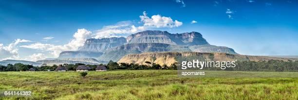 Vista panorámica de Auyan Tepui de Uruyén indigeous camp. Venezuela
