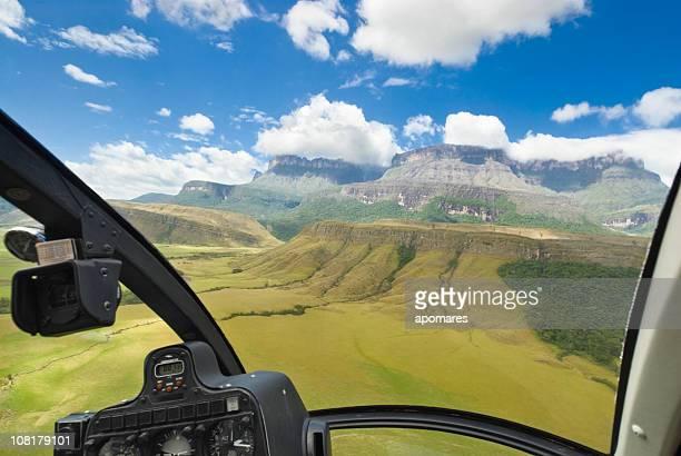 auyan tepuy vista a las montañas desde la cabina del piloto de helicóptero - paisajes de venezuela fotografías e imágenes de stock