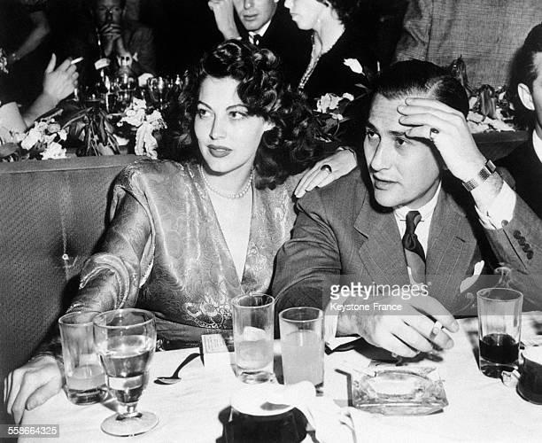 Ava Gardner et Artie Shaw chef d'orchestre à Hollywood Californie EtatsUnis en 1945
