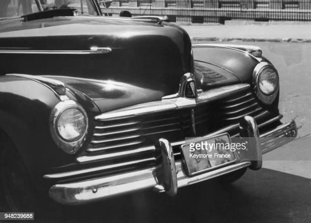 Avant d'une voiture avec comme plaque d'immatriculation deux photos d'enfants dans les rues de Brooklyn à New York City EtatsUnis en juillet 1947