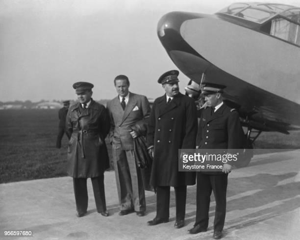 Avant le départ, devant l'avion, de gauche à droite, Messieurs Rossi, Mermoz, le ministre de l'Air le général Denain et le capitaine Girardot, à...
