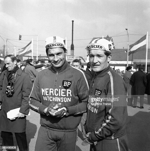 Avant le départ Raymond Poulidor photographié avec son coéquipier Cyrille Guimard à Paris France le 8 mars 1968