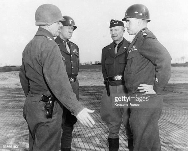 Avant l'offensive éclair de Patton, conférence des généraux américains avec, de gauche à droite, le Général Devers, le Général Patton, le Général...
