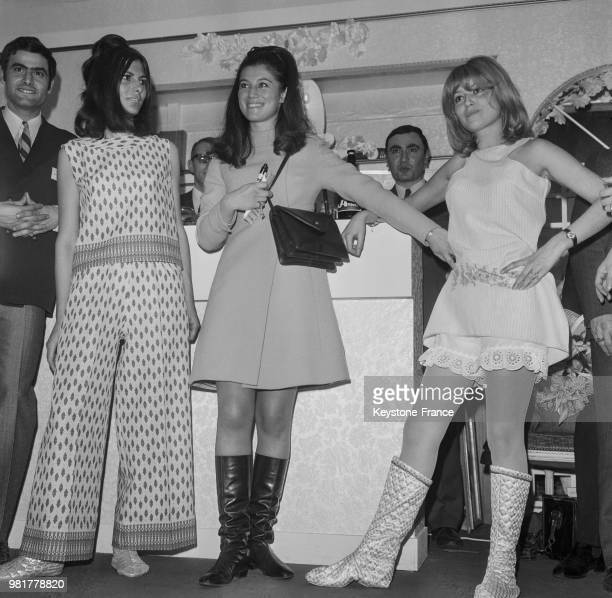 Avec deux mannequins portant pour l'un un pantalon très large avec une tunique assortie et pour l'autre une tunique courte avec un petit pantalon...
