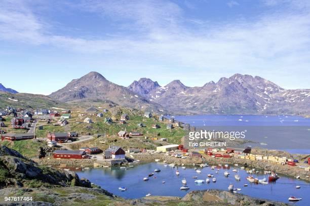 Avec son port dans la baie d'Angmagssalik et les montagnes de Polhems Fjold au fond Region d'Ammassalik