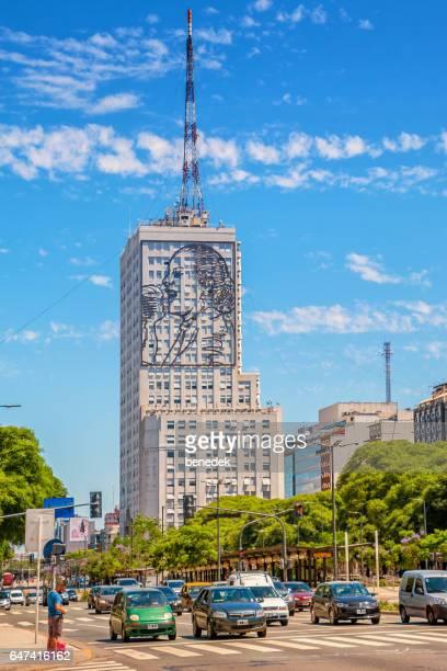 avenida 9 de julio en el centro de buenos aires argentina - eva peron fotografías e imágenes de stock