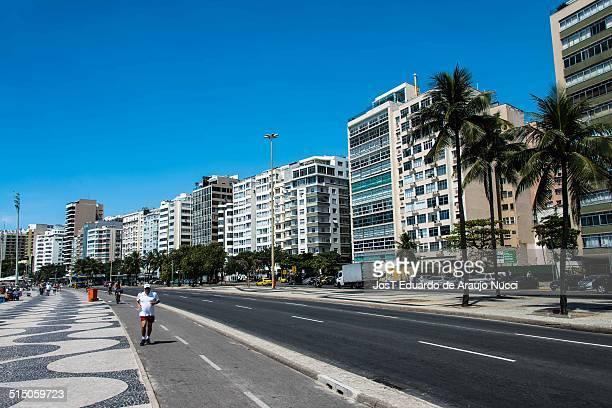 Avenida Atlântica e a ciclovia na praia de Copacabana cartão postal de centenas de milhares de turistas todos os anos na cidade maravilhosa