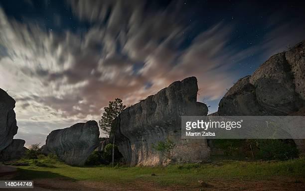 avenue bears (enchanted city of cuenca - cuenca provincia de cuenca fotografías e imágenes de stock