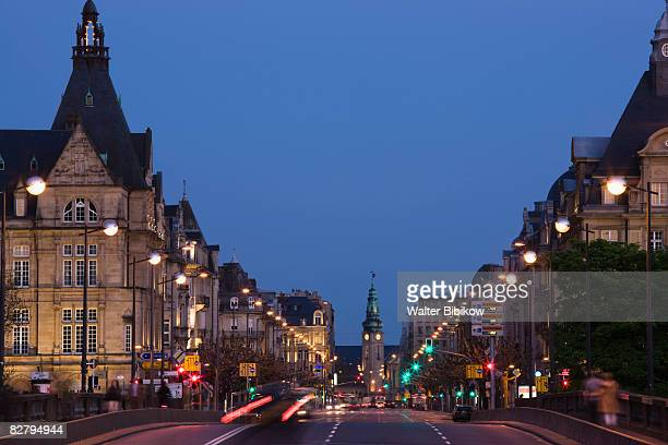 avenue de la liberte, evening traffic - luxembourg city luxembourg stock pictures, royalty-free photos & images