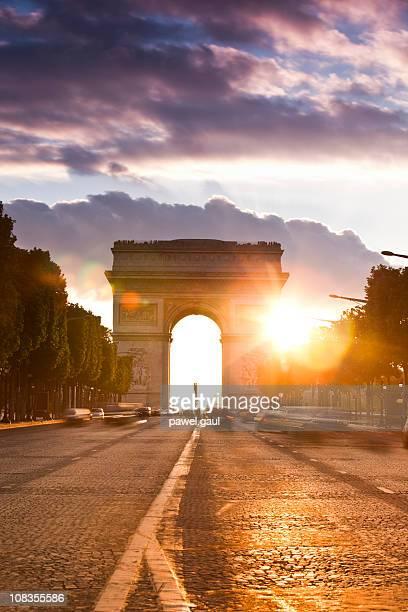 Avenue des Champs-Élysées et de l'Arc de Triomphe au coucher du soleil