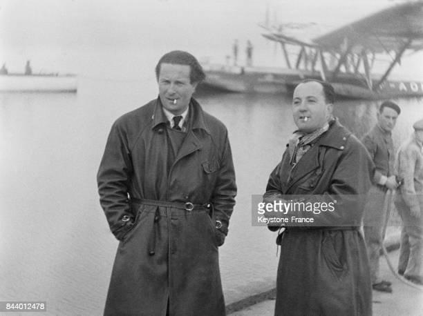 Aviateur Jean Mermoz et Marc Cariou photographiés à l'aéroport de Marignane, France en 1935.