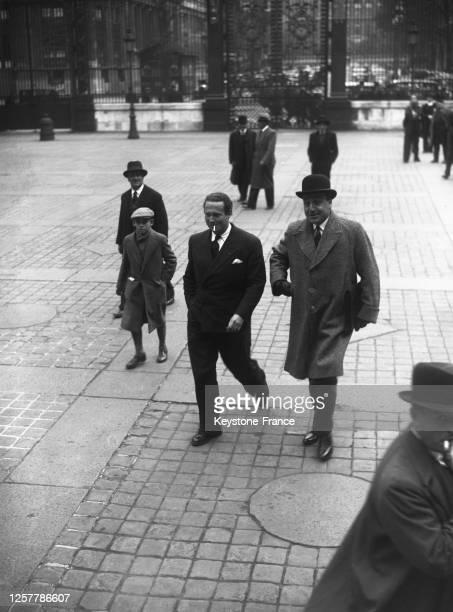 Aviateur Jean Mermoz , fondateur du PSF, arrivant au Palais accompagné de son avocat, Maître Jean-Charles Legrand, à Paris, France le 10 octobre 1936.
