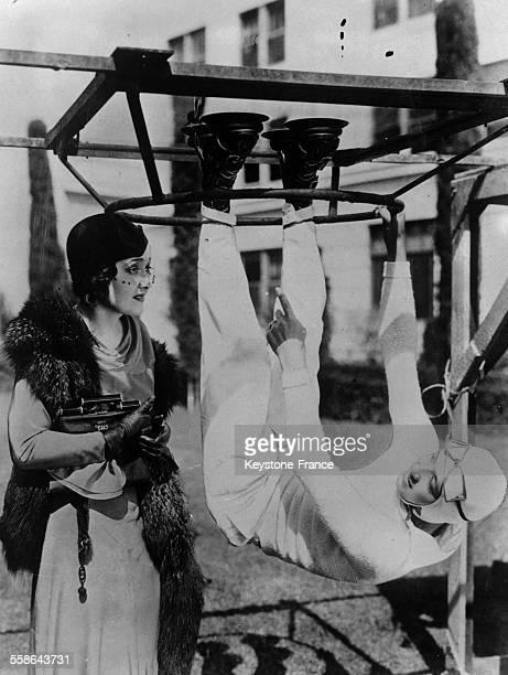 L'aviateuracrobate Prate explique son dernier tour a l'actrice americaine Vivienne Osborne le 28 octobre 1931 a New York City