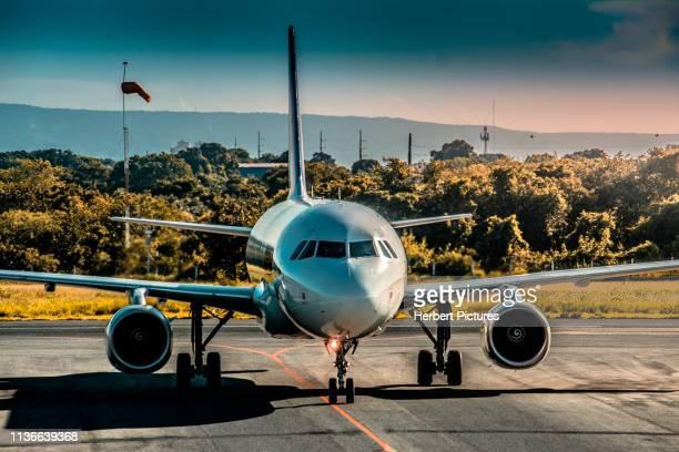 aviação: airbus a320-pr-mbg-latam airlines-aeroporto de cuiaba (cgb/sbcy), brasil - voando - fotografias e filmes do acervo