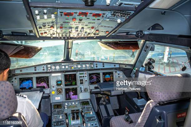 aviation: cockpit airbus a320 - pr-mzh - latam airlines - cuiaba airport (cgb / sbcy), brazil - airbus stock pictures, royalty-free photos & images