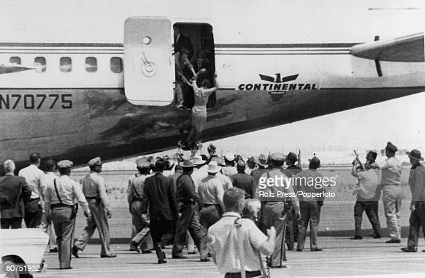 Aviation Highjacks, pic: 3rd August 1961, El Paso, Texas, USA, Police officers, border patrolmen and FBI converge on a Continental Airlines 707 as a...