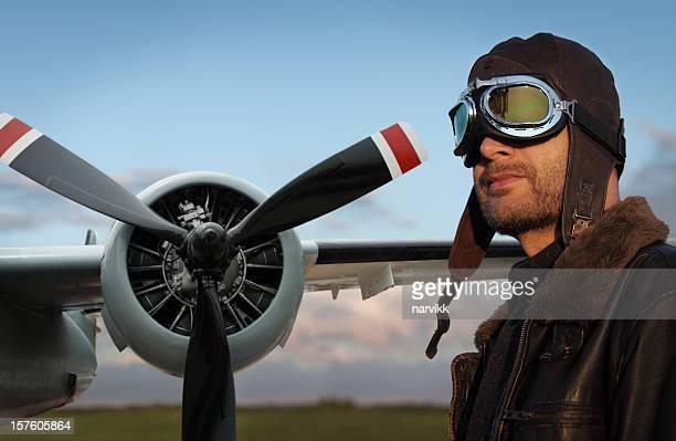 アビエイターと彼の飛行機 - プロペラ ストックフォトと画像