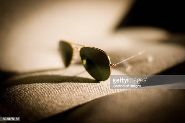 aviator sunglasses - パイロットサングラス ストックフォトと画像