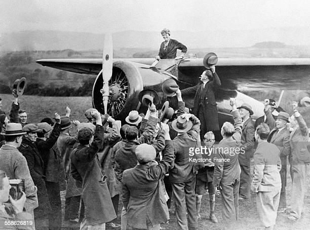 L'aviatrice américaine Amelia Earhart est accueillie par la foule à son atterrissage en Europe après sa traversée transatlantique au départ de...