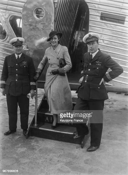 L'aviatrice anglaise Amy Johnson descendant du nouvel avion anglais 'Le Scylla' au Bourget France le 16 mai 1934