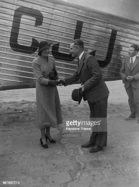 L'aviatrice anglaise Amy Johnson photographiée devant le nouvel avion anglais 'Le Scylla' au Bourget France le 16 mai 1934