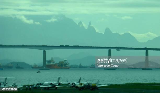 aviões na pista, ponte rio niterói e o dedo de deus - sem fim... valéria del cueto stock pictures, royalty-free photos & images
