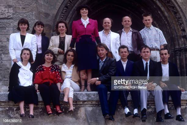 Avignon France 14 mai 1984 La chanteuse Mireille MATHIEU en famille avec ses parents ses frères et soeur sa nièce Ici posant devant une église...