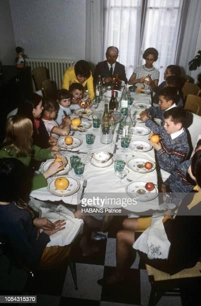Avignon France mars 1967 Entre deux concerts à l'étranger la chanteuse Mireille MATHIEU est passée par Avignon pour rendre visite à ses parents et à...