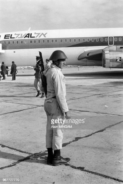 Avion de la compagnie El Al sous haute sécurité sur le tarmac de l'aéroport avec à son bord une délégation qui vient participer au dialogue...