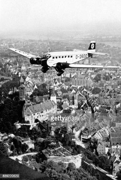 L'avion 'Junkers Ju 52' personnel d'Adolf Hitler arrivant audessus de Nuremberg en Allemagne pour le congrès du Parti nazi de 1934