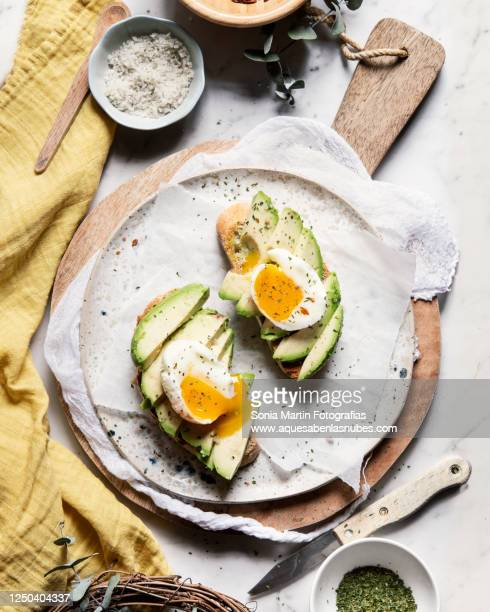 avocado and egg toasts - avocado toast stockfoto's en -beelden