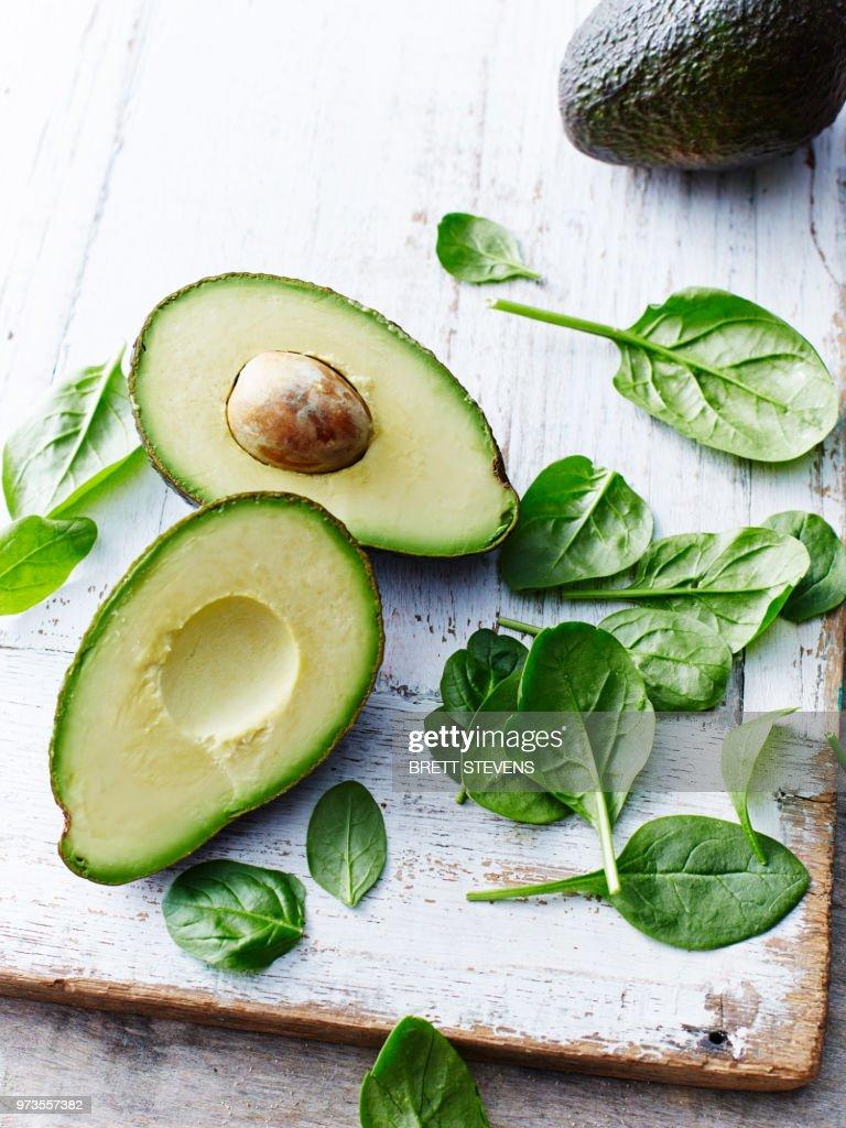 Avocado, baby spinach : Stock-Foto