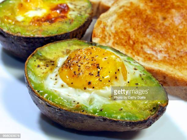 avocado baked egg - avocado toast stockfoto's en -beelden
