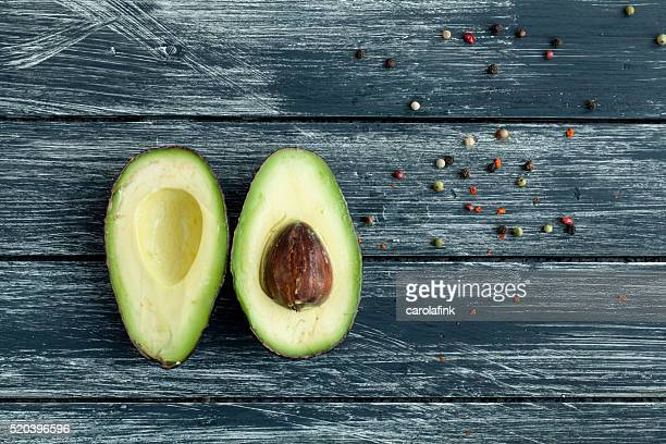 avocado on wooden board - carolafink stockfoto's en -beelden