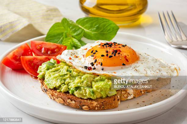avocado toast - avocado toast stockfoto's en -beelden