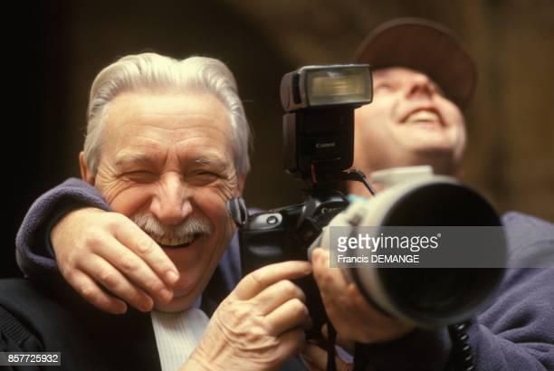 L'avocat Me HenriRene Garaud s'est empare de l'appareilphoto d'un photographe lors de son arrivee au proces de JeanMarie Villemin pour le meurtre de...