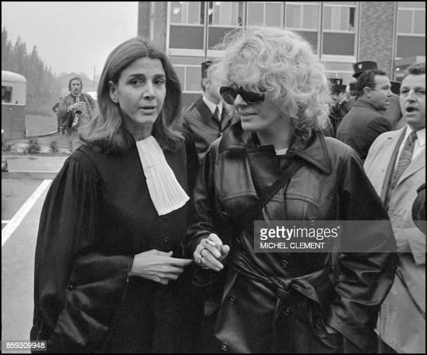 L'avocate Gisèle Halimi en compagnie de l'actrice Delphine Seyrig 11 octobre 1972 à Bobigny lors du procès de MarieClaire Chevalier poursuivie pour...