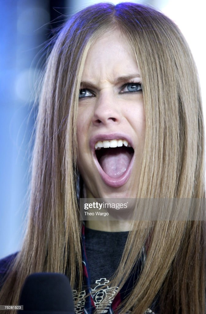 Avril Lavigne Visits MTV's 'TRL' - August 22, 2002 : News Photo