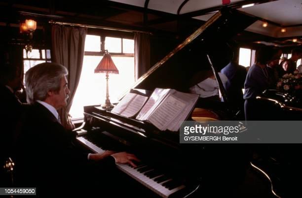 Avril-Mai 1985 --- L'Orient-Express entre Londres et Venise, un voyage à bord du plus romantique des trains. Dans la voiture bar, un pianiste joue...