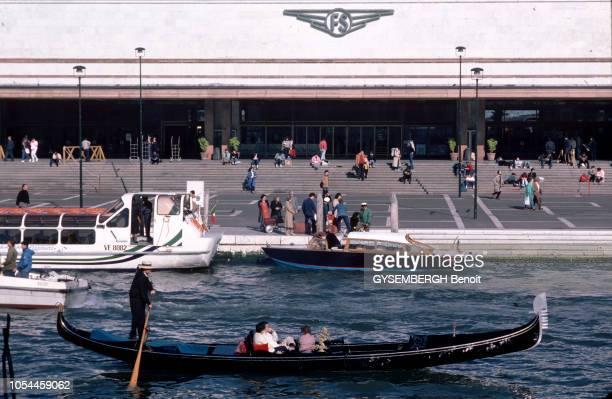 Avril-Mai 1985 --- L'Orient-Express entre Londres et Venise, un voyage à bord du plus romantique des trains. La gare de Venise, faisant face au Grand...